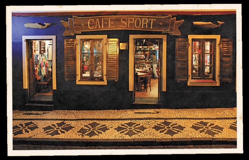 Exterior da entrada do bar Peter Cafe Sport á noite