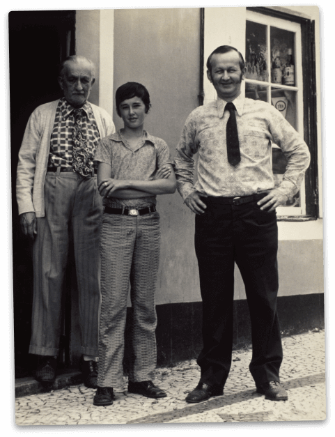 Old photo of the Azevedo family, owners of peter cafe sport