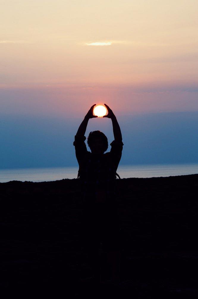 uma pessoa a relaxar ao pôr do sol durante a atividade ciclo da vida com a empresa peter cafe sport
