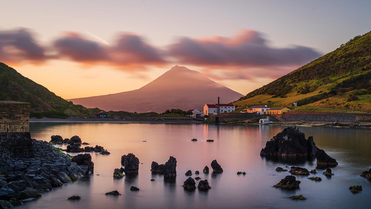 Por do sol na ilha do faial com a vista para a montanha do Pico